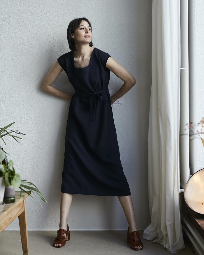 coco dunkelblau kurzarm kleid mit stoffgürtel und schlitz seitenansicht